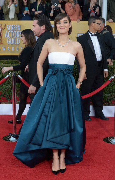 Actress Marion Cotillard arrives for the 19th Screen Actors Guild Awards on January 27, 2013 at the Shrine Auditorium in Los Angeles, California.    AFP PHOTO/Joe Klamar        (Photo credit should read JOE KLAMAR/AFP/Getty Images)