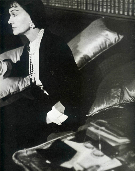 gabrielle-chanel-sitting-at-home-wearing-jersey-suit-1954-by-henry-clark