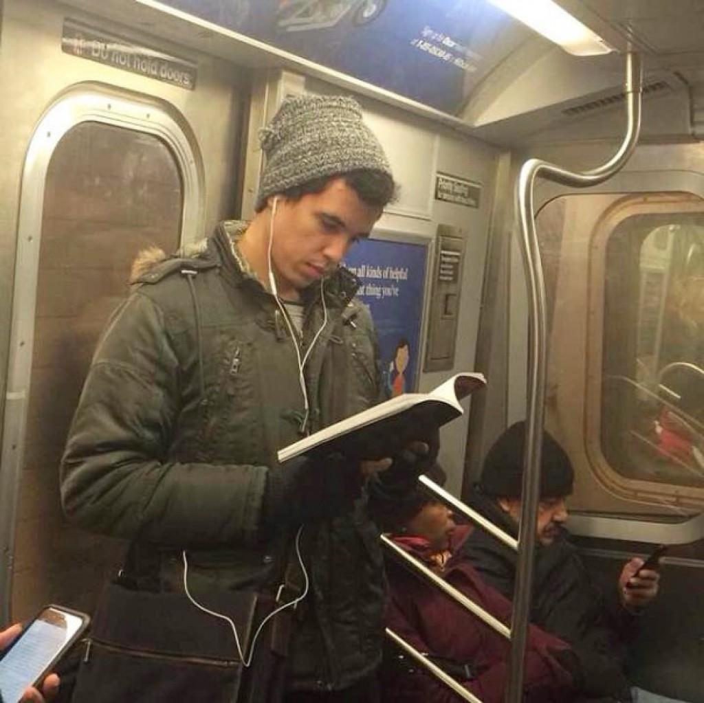 У мужика встал в метро 21 фотография