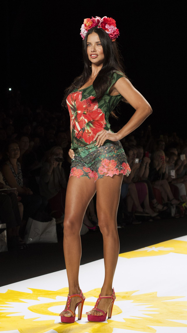 adriana-lima-desigual-fashion-show-mercedes-benz-fashion-week-spring-2015_6