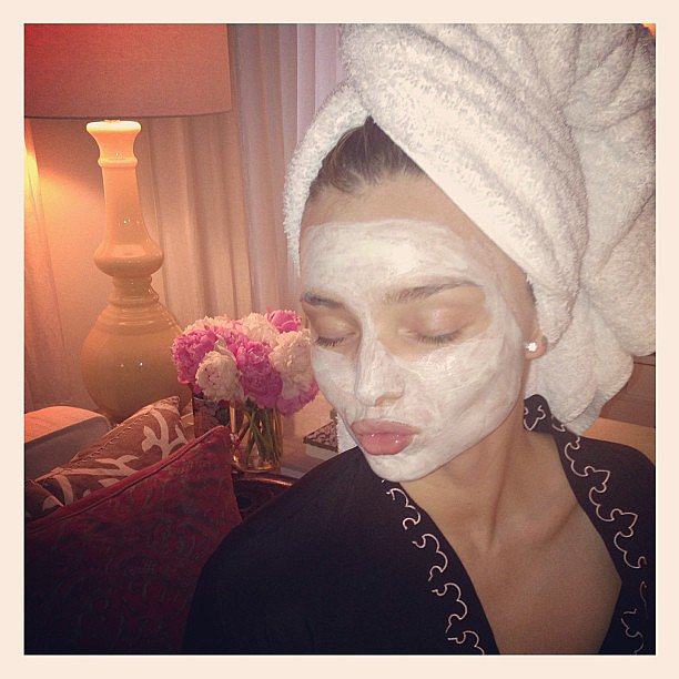 Miranda-Kerr-took-some-time-out-face-mask